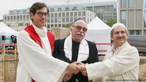 Projekt-Initiatoren Pfarrer Gregor Hohberg, Rabbiner Andreas Nachama und Imam Kadir Sanci. Foto: Wolfgang Kumm/dpa/picture-alliance