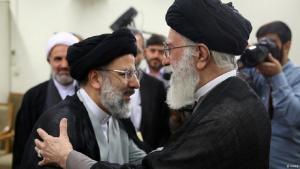 Iran: Irans Präsidentschaftskandidaten kämpfen gegen Wahlmüdigkeit. Ebrahim Raisi (l.) und Ayatollah Chamenei. Foto:Fars