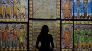 """Ein bedeutendes Erbe: Die Ausstellung will ein Licht werfen auf """"eine der größten historischen Zivilisationen der Welt, ihre Reise ins 21. Jahrhundert und ihre monumentalen Schätze"""" so das V&A. Viele der kulturellen Errungenschaften hätten bisher nicht genügend Aufmerksamkeit erfahren, so die Museumsleitung. Hier begutachtet eine Mitarbeiterin die Farbprojektion von """"Tribut an Ahuramazda"""" (359 - 338 v. Chr.)."""
