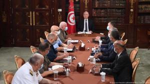 Präsident Kais Saied (am Kopfende des Tisches) bei einer Krisensitzung am Sonntagabend in Tunis;  Foto: Tunisian Presidency Handout/AA/picture-alliance