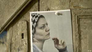 Foto von Razan Zeitouneh an eine Holztür geheftet; Foto: DW