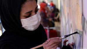 Eine Künstlerin bei der Arbeit in Afghanistan.(Foto: Shah Maral/AFP/Getty Images)
