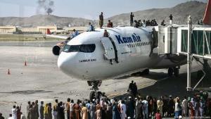 Zahlreiche Menschen sind auf eine Passagiermaschine geklettert, um ihre Flucht aus Kabul zu erzwingen. (Foto: Wakil Kohsar/AFP/Getty Images)