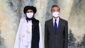 Chinas Außenminister Wang Yi und Taliban Co-Gründer und ihr politischer Führer, Abdul Ghani Baradar, bei einem Treffen am 28. Juli 2021 in China (dpa / XinHua / Li Ran)