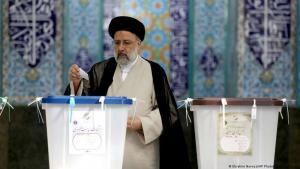 Iran: Ebrahim Raeissi bei der Stimmabgabe. (Foto: Ebrahim Noroozi/AP Photo/picture alliance)