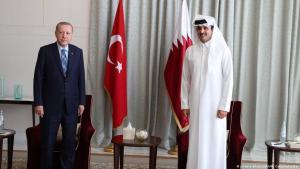 Der türkische Staatspräsident Recep Tayyip Erdogan (l.) trifft den Emir von Katar, Scheich Tamim bin Hamad al-Thani (r.), am 2. Juli 2020 in Doha, Katar (Foto: picture-alliance/AA/M. Cetinmuhurdar)