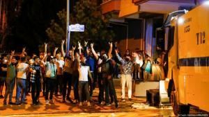 Junge Türken machen den rechtsextremistischen Wolfsgruß, (Foto: Cagla Gurdogan/REUTERS)