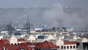 Tote bei Bombenanschlägen am Flughafen von Kabul. Die Rauchschwaden nach den Detonationen waren weithin sichtbar.