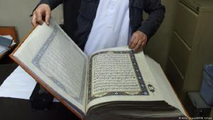 Ein handgemachter Koran mit Seiten aus Seide in der afghanischen Hauptstadt Kabul. (Foto Getty Images/AFP/W.Kohsta).