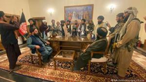 Taliban im Machtzentrum. Nach einem überraschend schnellen Eroberungsfeldzug in Afghanistan haben die radikal-islamischen Taliban ihren Sieg erklärt. Nur gut ein Vierteljahr nach Beginn des internationalen Truppenabzugs aus dem Land am Hindukusch besetzten sie den Palast von Präsident Aschraf Ghani.