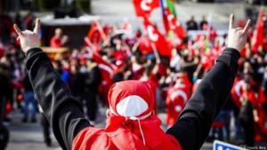 Wolfsgruß bei einer Kundgebung türkischer Nationalisten und national-konservativer Organisationen in Hamburg. (Foto: Imago/ L.Berg)