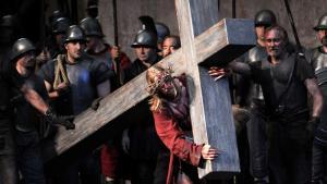 Alle zehn Jahre verwandeln die Passionsspiele Oberammergau in die Heilige Stadt Jerusalem – zuletzt im Jahr 2010, wie bei dieser Kreuzigungs-Szene. (Foto: Tobias Hase/dpa Picture-Alliance)