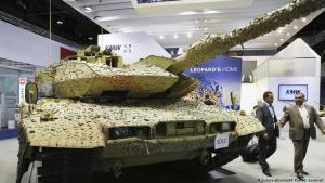 Ein deutscher Panzer vom Typ Leopard bei einer Waffenmesse in Abu Dhabi 2017 (Foto: picture-alliance/AP Photo)