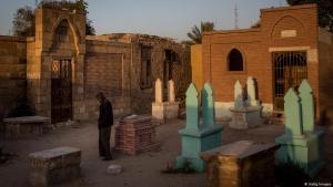 Ein Mann steht vor einem Grabstein in Ägypten (Foto: Getty Images)
