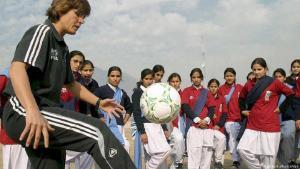 Fußball-Trainerin Monika Staab (l.) war schon in vielen Ländern tätig, hier in Pakistan. (Foto: picture-alliance/dpa)
