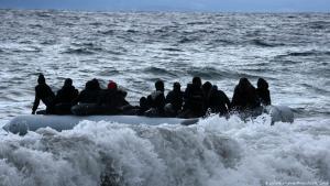 Ein Boot mit Flüchtlingen auf dem Mittelmeer (Foto: picture-alliance/Photoshot)