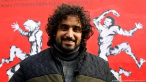 Subay vor seinem Wandgemälde in Paris im November 2019; Foto AP Photo/picture-alliance