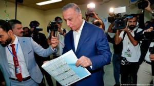 Irak – Interimspremier Mustafa al Kadhimi im Wahllokal; Foto: Khalid Mohammed/AA/picture-alliance