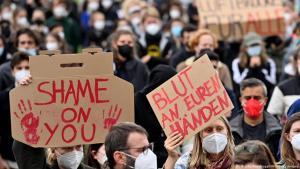 Proteste in Berlin gegen die schleppende Evakuierung von Zivilisten aus Afghanistan mit Plakaten; Foto: AFP/Getty Images