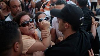In Tunesien protestierten Frauen im September 2012 gegen sexuelle Gewalt. Auslöser war die Vergewaltigung einer 27-Jährigen durch zwei Polizisten Anfang September. Der Fall hatte in Tunesien wie auch international für Empörung gesorgt, weil das Opfer nach der Tat wegen Verletzung der Sittlichkeit belangt werden sollte.  Doch inzwischen hat das Opfer einen ersten juristischen Erfolg erzielt: Das Verfahren gegen die 27-Jährige und ihren Freund wegen Verletzung der Sittlichkeit wurde eingestellt.Au