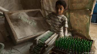Kinder in der Ballonfabrik: Extreme Armut zwingt viele Familien dazu, ihre Kinder zur Arbeit zu schicken. Oft gehen sie einer gefährlichen Tätigkeit im Niedriglohnsektor nach - wie etwa im Ziegelbruch, auf dem Bau, als Abfallsammler oder als Arbeiter in einer Ballonfabrik. Die Ballonfabrik in Kamrangi Char, einem Vorort der Hauptstadt Dhaka, stellt viele junge Menschen, wie diesen 10-jährigen Jungen ein.