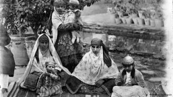 Frauen in der Kadjaren-Zeit, Aufnahme von Antoin Sevruguin, einem der namhaftesten Fotografen im Iran des späten 19. und zu Beginn des 20. Jahrhunderts.