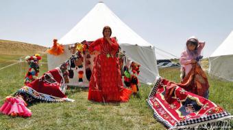 Die Qashqai sind Nachkommen turkmenischer Nomaden, die vermutlich im 11. Jahrhundert aus Zentralasien in das heutige iranische Gebiet kamen und dort siedelten. Seitdem machen sie einen wichtigen Teil der nomadischen Bevölkerung aus.
