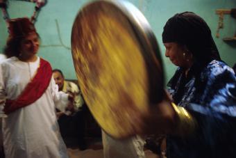 Die Beschwörung der Geister im Verlauf eines Zâr-Rituale folgt einer umfangreichen und komplexen Dramaturgie, deren theatralischen Höhepunkt Tieropfer sind.  Die Ursprünge dieses Rituals liegen im subsaharischen Raum. Mitte des 19. Jahrhunderts kam der Zâr-Kult von Äthiopien über Sudan nach Ägypten. Vermutlich geht dieser Art der Geisterbeschwörung auf das Voodoo-Ritual der Buschmänner zurück, und hat sich durch den Sklavenhandel bis in den Süden des Irak, in den Iran und bis nach Marokko verbreitet.