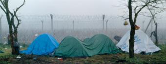 Flüchtlingszelte hinter Stacheldraht; Foto: Kai Wiedenhöfer © Goethe-Institut