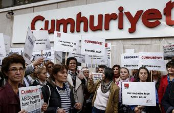 Protest vor Cumhuriyet-Gebäude; Quelle: picture alliance / Nur Photo