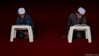 Gott statt Geometrie: Zwei Schüler der Al-Nadwa Madrassa beim Auswendiglernen von Koran-Zitaten: Die islamische Bildungseinrichtung liegt in der Nähe der Hauptstadt Islamabad. Vor allem arme Eltern schicken ihre Kinder in solche Schulen. Hier gibt es für sie neben der religiös ausgerichteten Bildung drei Mahlzeiten am Tag und ein Dach über dem Kopf.
