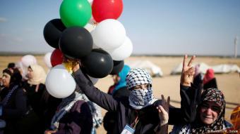 Friedliche Protestcamps: Zeltlager gab es schon einige Monate vor den Freitagsdemonstrationen. Die Aktivisten wollen auf die katastrophale humanitäre Lage in Gaza aufmerksam machen. Zu einer Massenbewegung wurden die Proteste am 30. März, dem Tag des Bodens, mit dem Palästinenser an die Landenteignung durch Israel erinnern. Bis zu 30.000 Menschen haben sich seither an den Protesten beteiligt.