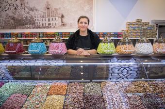"""Gül Tazegül in der """"Kugu Nussrösterei"""" - Ramadanvorbereitungen in Berlin; Foto: Stefanie Loos"""