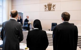 Die Jurastudentin Aquila S. klagte 2018 vor dem bayerischen Verwaltungsgerichtshof: Ihr war verboten worden, im Gerichtssaal ein Kopftuch zu tragen; Foto: dpa
