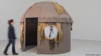 Unsichtbar im Gefängnis: Nil Yalter lebte Anfang der 1970er Jahre unter Nomaden in Anatolien. Sie lernte das Schicksal der Frauen kennen. Ihr Alltag als junge Mädchen besteht darin, das Zelt zu bauen und zu verzieren. Sie bestimmen, wann der Mann herein darf. Der Preis ist hoch: Sie dürfen die Jurte nicht verlassen. Mit ihren Männern und Tieren ziehen sie, für fremde Augen unsichtbar, durch die Steppe.