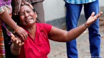 Trauernde Frau vor der Sankt-Antonius-Kirche. Foto: Reuters