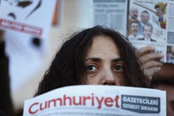 """Eine Demonstrantin protestiert gegen die Festnahmen von """"Cumhuriyet""""-Journalisten; Foto: picture alliance/AP"""