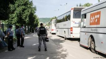 Konsequenz des Nicht-Handelns: Freitag, 14. Juni. In Bihac platzt eine Blase, deren Druck sich seit 18 Monaten langsam aufgebaut hatte. Neben dem Camp Bira campierten etwa 500 Menschen auf einer Wiese. Sie sind nicht bei der Internationalen Organisation für Migration (IOM) registriert, bekommen also auch keinerlei Verpflegung. Am Nachmittag fuhren Polizei-Busse vor und luden sie ein.