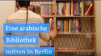 Screenshot: Eine arabische Bibliothek in Berlin.
