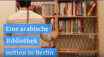 Screenshot: Eine arabische Bibliothek in Berlin.