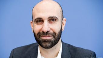 Der Psychologe Ahmad Mansour; Foto: picture-alliance/dpa/M.Kappeler
