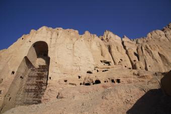 Im März 2001 wurden die 2500 Jahre alten Statuen von den Taliban gesprengt. Das UNESCO-Vorhaben zum Wiederaufbau der Buddhas unter Beteiligung internationaler Partner ist bisher nur Theorie geblieben. Auch die Hunderten von Höhlen im Umkreis der Nischen sind von Verfall bedroht, viele der buddhistischen Wandgemälde sind bereits zerstört.