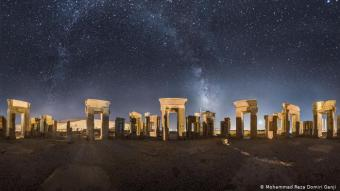 Persepolis: Die Ruinenstadt im Süden des Landes, 520 v. Chr. unter den Achämeniden gegründet, war eine der Hauptstädte des antiken Perserreichs, das in der Folge seine größte Ausdehnung erfuhr. 330 v. Chr. beendete Alexander der Große die Herrschaft der Achämeniden und ließ Persepolis 321 v. Chr. niederbrennen. Noch heute sind hier imposante Überreste von Palästen, Mausoleen, Säulen und Reliefs zu bewundern.
