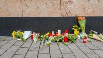 Blumen und Kerzen am Attentatsort in Hanau; Foto: DW