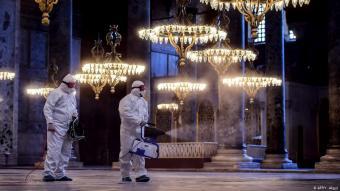 Auch Sehenswürdigkeiten wurden zu Beginn der Corona-Krise desinfiziert - wie hier die Hagia Sophia in Istanbul am 13. März 2020; Foto: AFP/Y.Akgul