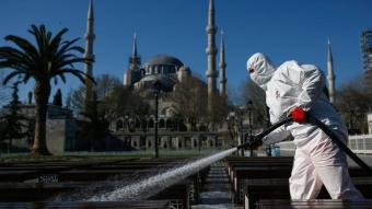 Desinfektion von Sitzbänken vor einer Moschee in Istanbul; Foto: dpa