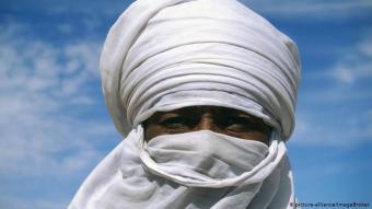 Libyen - nicht nur funktional ist die Bedeckungen der Tuareg: Die Wüste Sahara und die Sahelzone sind Heimat derer, die auf dem afrikanischen Kontinent nomadisch leben. Die Kopfbedeckung der Tuareg sowie die Gesichtsschleier der Männer (Bild) schützen vor Sonne und aufwirbelnden Sandkörnern - und haben nicht nur funktionale Gründe: Während die Kopfbedeckung Wertvorstellungen wie Respekt und Anstand transportieren soll, rankt sich um den Schleier ein Mythos.