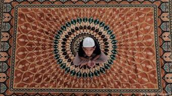 Sri Lanka -der Blick in den Himmel gerichtet: Beten kann man auch allein - selbst wenn die Moscheen ansonsten im Ramadan gut besucht sind. Aber Alleinsein, das kann man auch mit einem Teppich auf einem Häuserdach in der Metropole Colombo. Die Hände zusammen, den Blick in den Himmel gerichtet, wartet dieser Junge darauf, das Fasten dieses Tages zu beenden.