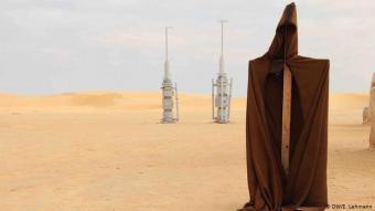"""Einmal aussehen wie ein echter Jedi-Ritter: Die zwei Holzraketen erinnern noch daran, dass hier im Film der Weltraumbahnhof von Mos Espa war. Besucher können sich mit einem """"original Jedi-Ritter-Umhang"""", wie die Souvenirhändler versichern, fotografieren lassen."""