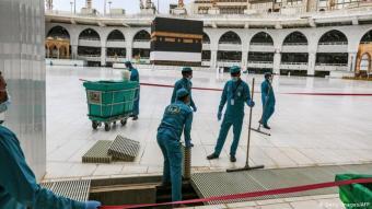 Vorbereitungen in der Großen Moschee: Bis Dienstag wurde die Große Moschee für den diesjährigen Hadsch, die wichtigste Pilgerfahrt der muslimischen Gläubigen, auf Hochglanz gebracht. Im Jahr 2020 jedoch umfassen die Vorbereitungen nicht nur die üblichen Reinigungs- und Wartungsarbeiten, sondern auch das Kleben von Abstandsstreifen auf den Boden rund um die Kaaba, das zentrale Heiligtum des Islam.